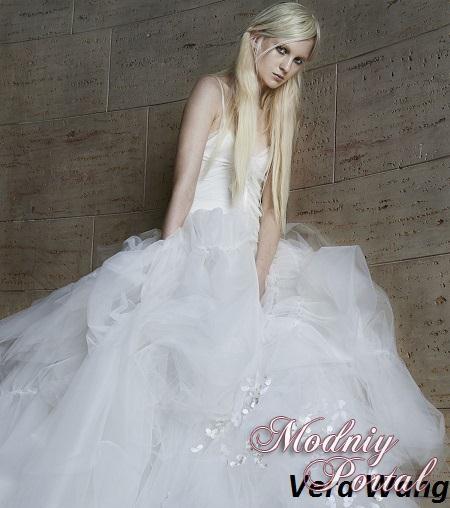 Красивые дорогие ткани изящно подчеркивают фигуру невесты, к низу разливаясь восхитительным шлейфом. Всего несколько моделей свадебных платьев имеют пышную