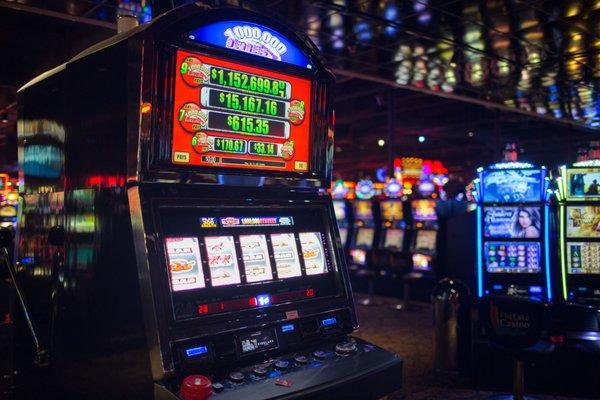 Играем онлайн в казино Рокс