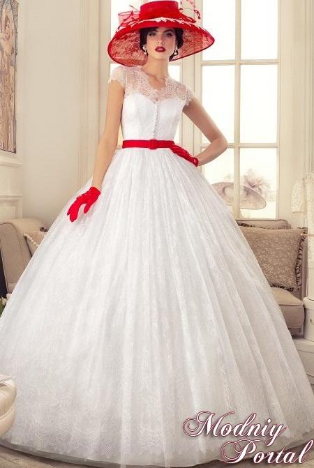 несколько оригинальных образов среди огромного числа платьев женственных классических фасонов, выполненных в современном стилистическом оформлении