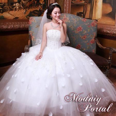 Мода на пышные свадебные платья берет свое начало со времен дворянства, когда было принято носить подобные одеяния при царском дворе, шили такие платья